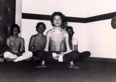 Tola-Padmasana (Bilancia con Loto)